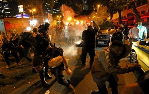 Cerca de 300 manifestantes que se concentraram nas escadarias da Câmara Municipal do Rio, na Cinelândia, no Centro, fizeram um ato para reclamar do aumento da passagem de ônibus nesta segunda-feira (10). O protesto se estendeu pelas Avenidas Rio Branco, A